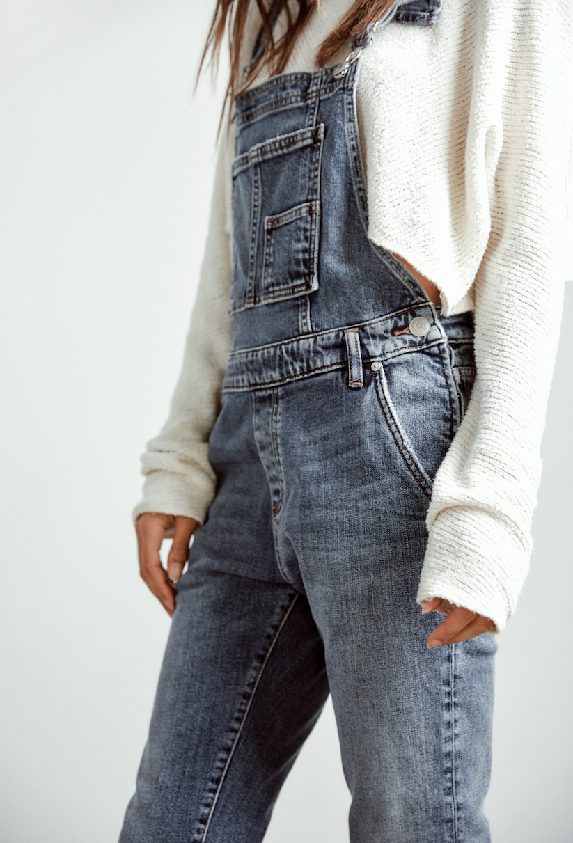 top-fall-denim-trends-90s-overalls-silver-jeans-co